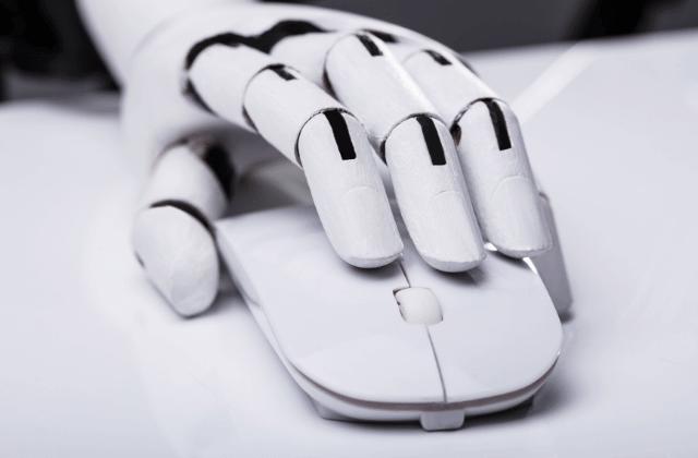רובוט לוחץ על עכבר מחשב