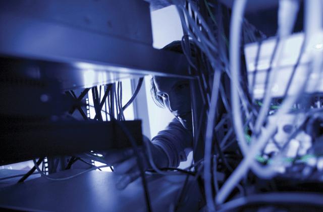 טכנאי מקצועי מטפל בשרתים