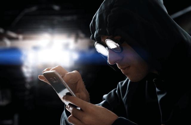 וירוסים במכשירים ניידים, פריצה למכשיר טלפון