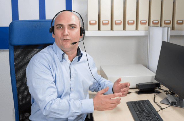 איש מבצע תמיכה טכנית דרך האוזניות