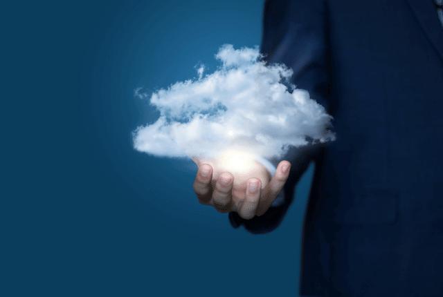 איש מחזיק ענן ביד שלו